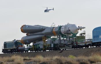 Bajkonur - raketu vezú k odpaľovacej rampe