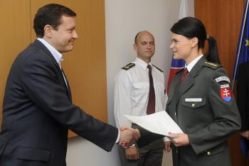 Daniel Lipšic ešte ako minister vnútra SR udeľuje vyznamenanie policajtke Jane Jahodníkovej za pôsobenie v bosnianskej misii