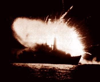 Falklandy - vybuchujúca britská fregata