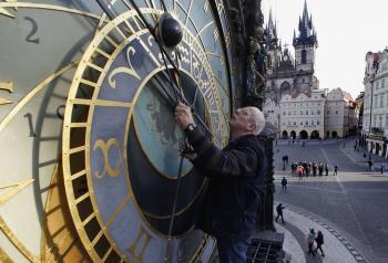Kontrola a posúvanie času na Pražskom orloji