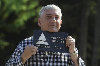 Miroslav Donutil s pamätnou tabuľkou