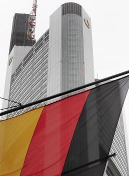 Nemecká zástava pri Commerzbank vo Frankfurte