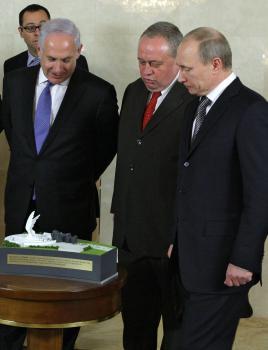 Netanjahu s Putinom nad modelom pamätníka Červenej armády
