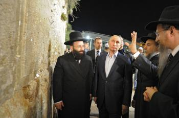 Putin pred múrom nárekov