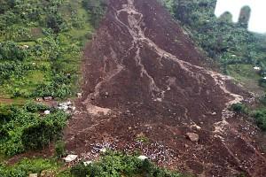 Zosuv pôdy v Ugande - malé bodky na svahu sú ľudia