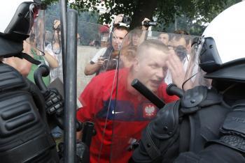 policajt s poľským fanúšikom