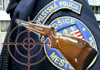 streľba vzduchovkou na KE políciu