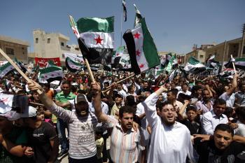 Časť Sýrčanov skanduje za a časť proti vládnemu režimu