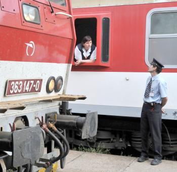 Ľudia šetria, cestujú viacerí autami, preprava železnicou stagnuje
