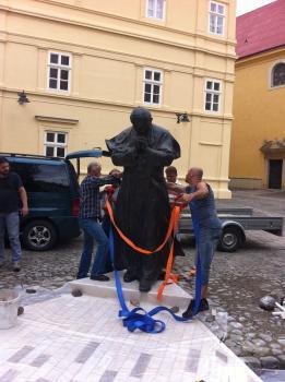 2,5 metrová socha Jána Pavla II. z bronzu sa nachádza pri vstupe do Dómu sv. Mikuláša