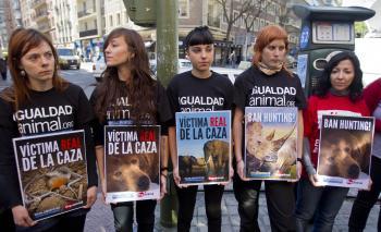 Aktivistiky za práva zvierat protestujú proti safari kráľa Carlosa