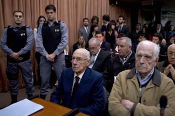 Argentína - osemdesiatroční exdiktátori Reynaldo Bignone (vpravo) a Jorge Videla