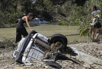 Auto zapadnuté hlboko v bahne