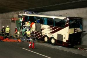 Belgický autobus narazil do steny tunela pri odstavnej ploche