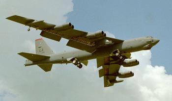 Bombardér B-52 pri pristávaní
