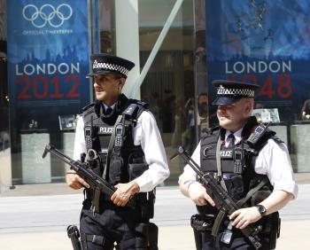 Britskí policajti kontrolujú bezpečnosť počas olympijských hier aj s pripravenými samopalmi