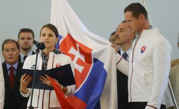 Danka Barteková (strelkyňa) a Erik Vlček (kanoista) skladajú za všetkých olympionikov sľub do rúk prezidenta SR