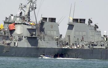 Diera na trupe torpédoborca po výbuchu člna, pri ktorom zahynulo 17 námorníkov