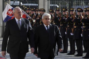 Dimitris Christofias s naším prezidentom počas slávnostnej prehliadky v Bratislave pred dvoma rokmi