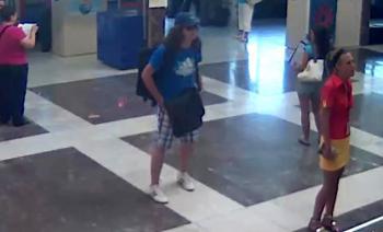 Dlhovlasý atentátnik v modrom tričku s bejzbolovou čiapkou
