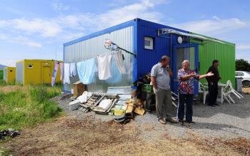 Do takýchto improvizovaných obydlí sa nasťahovali obyvatelia zo zničených domov