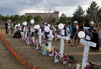 Dvanásť bielych krížov symbolizuje dvanásť obetí