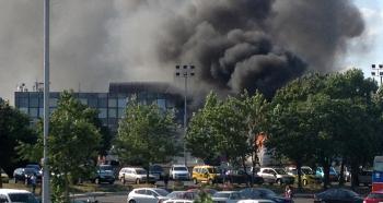 Dym z horiacich vozidiel stúpajúci po explózii na letisku v bulharskom Burgase