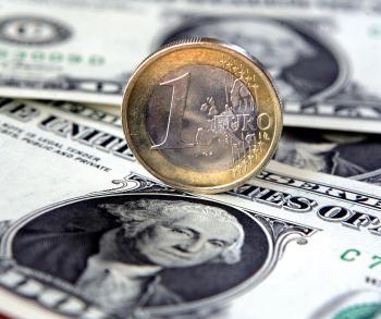 Hodnota eura stále klesá a približuje sa k hodnote dolára