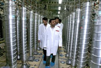 Iránsky prezident Ahmadínežád si prezerá zariadenie urkyté 60 metrov pod povrchom zeme určené na obohacovanie uránu