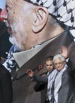 Mahmúd Abbás, palestínsky prezident pred plagátom svojho predchodcu Jásira Arafata