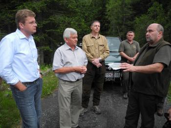 Minister životného prostredia Peter Žiga (vľavo) s Ľubomírom Jahnákom a riaditeľom štátnych lesov v TANAPe Petrom Liškom