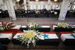 Modlitba v mešite počas pohrebu obetí útokov povstalcov na vládne budovy