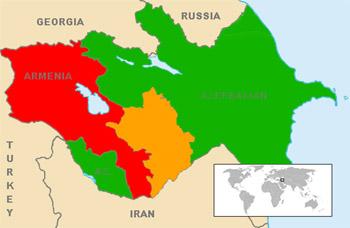 Náhorný Karabach (oranžovou) odčlenený od Azerbajdžanu (zelenou), obývaný prevažne Arménmi (červenou)