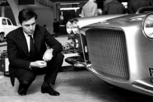 Na archívnej snímke zo 4. apríla 1959 Sergio Pininfarina si obhliada auto Ferrari