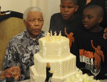 Nelson Mandela, bojovník proti aparteidu, sfukuje sviečky na narodeninovej torte