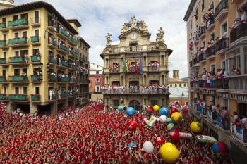 Počas festival svätého Fermina zaplnia námestie červné šatky