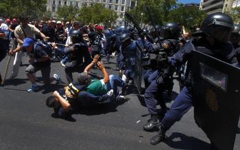 Policajti si robia priestor pred budovou španielskeho ministerstva priemyslu