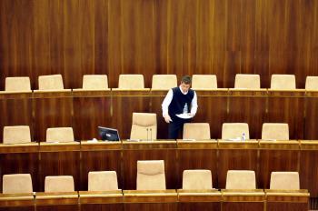 Prázdna rokovacia sála pléna NR SR