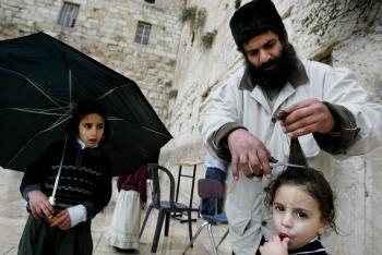 Pre ortodoxných židov sú tradície posvätné. Aj strihanie vlasov je možné až po 3 rokoch veku chlapca.