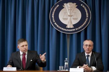 Róbert Fico uvádza do funkcie ministra spravodlivosti Tomáša Borca (vpravo)