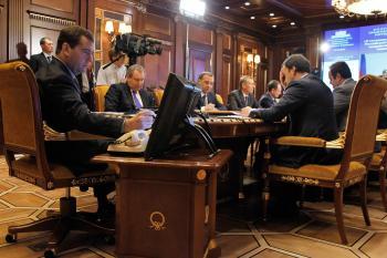 Ruský premiér Dmitrij Medvedev predsedá vláde