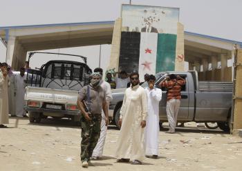 Sýrski rebeli obsadili priechod s Irakom, ktorý následne iracká armáda uzavrela, aby cez neho nemohli do Sýrie prúdiť teroristi z al-Kaidy