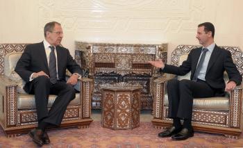 Sýrsky prezident Bašár Asad (vpravo) sa rozpráva s ruským ministrom zahraničných vecí Sergejom Lavrovom