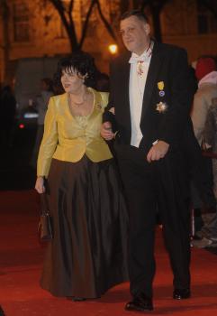 Slovenský diplomat Ján Kubiš (s manželkou na plese v opere) o vyznamenania zjavne nemá núdzu