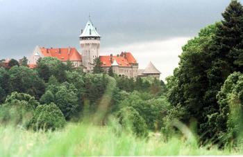 Smolenický hrad na návrší Malých Karpát dnes poskytuje prístrešie pracovníkov SAV