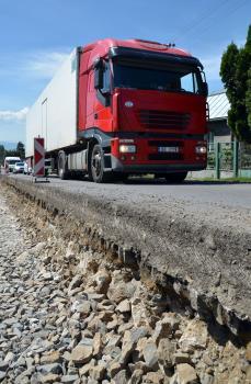Stav ciest spôsobí štyrikrát viac dopravných nehôd ako technický stav vozidiel