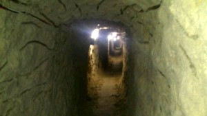 Tunelom môže prejsť dospelá osoba s nákladom