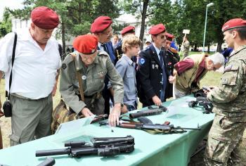 Veteráni pri prehliadke súčasných zbraní