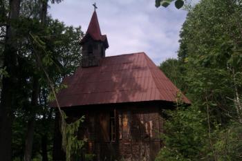 Za kaplnkou sa treba vybrať do lesa, nad horárňou sa skrýva nevšedná atrakcia