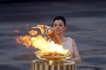 Zapaľovanie olympijského ohňa na štadióne Panathenaean